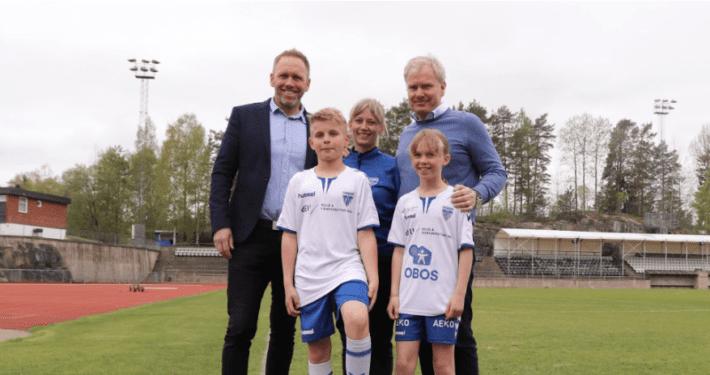 Bilde av to små KIL-fotballspillere med nye sponsorer