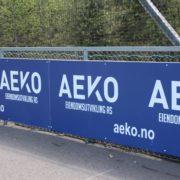Aeko logo på fotballbane